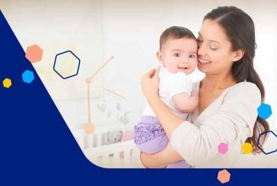 Bebé con gases en brazos de mamá